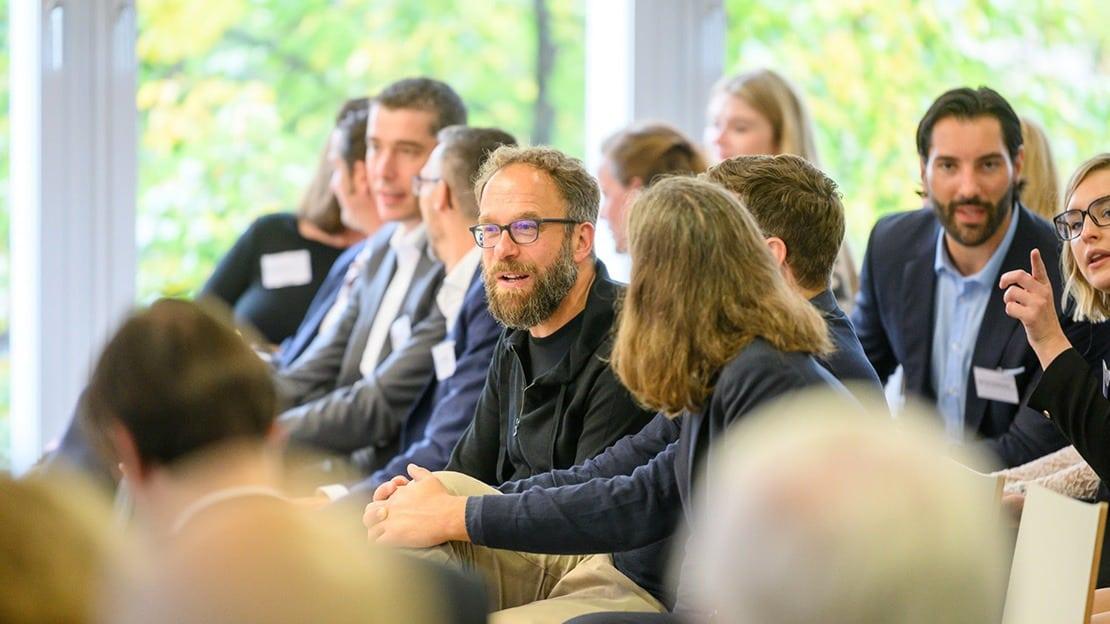 Prof. Dr. Christopher Storck (mittig) im Publikum mit Prof. Dr. Andrea Kindermann und Prof. Dr. Christian Heinrich (beide verdeckt).