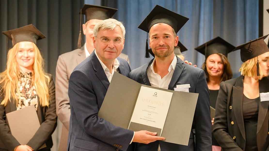 Prof. Dr. Jörg Ritter (links) übergab die Zeugnisse an die Absolvent:innen des MBA Leadership & Human Resources.