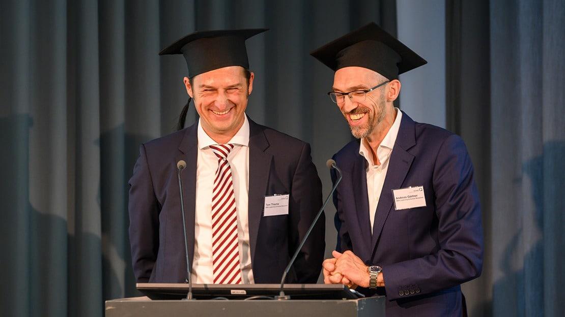 Nicht nur Tom Thieme (links) und Andreas Gärtner hatten Spaß daran, auf das Studium zurückzublicken. (Foto: Schmid / Quadriga)