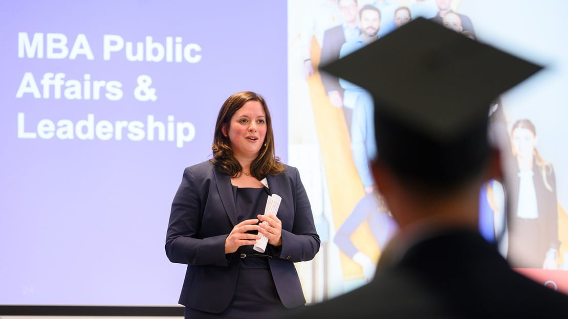 Prof. Dr. Carolin Zeller moderierte den Graduation Day und hielt als leitende Professorin auch die Ansprache für den MBA Public Affairs.
