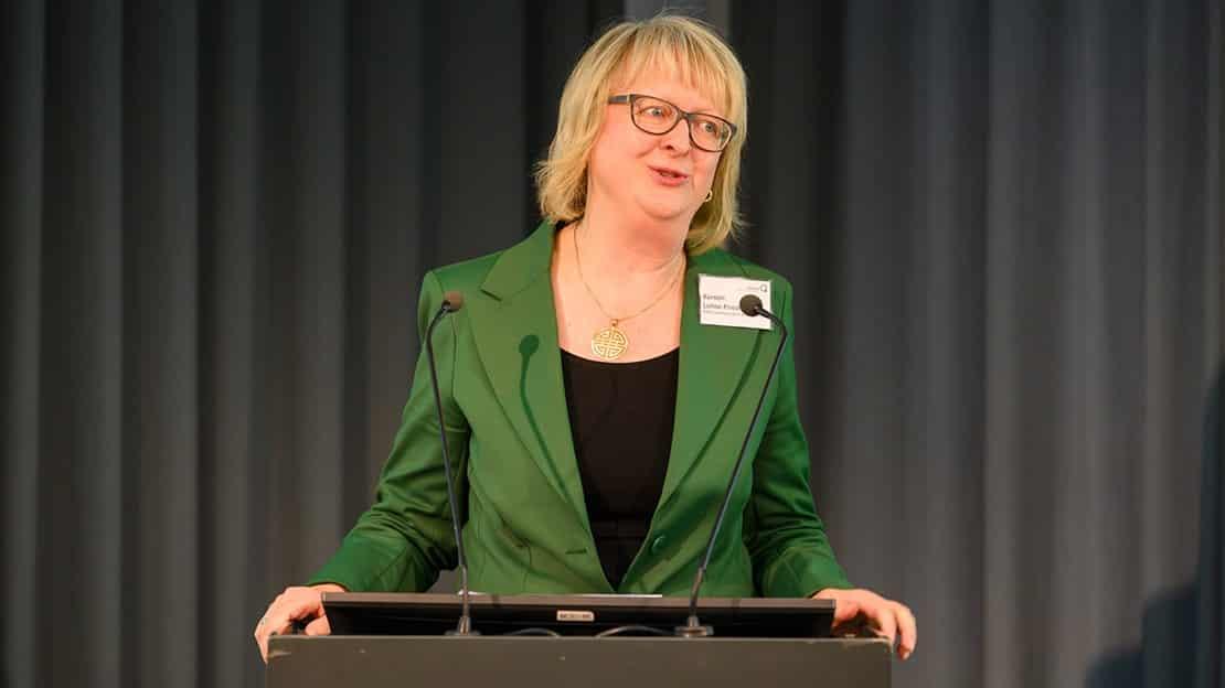Absolventin Kerstin Lohse-Friedrich blickte als stellvertretende Kurssprecherin des MBA Communication & Leadership auf das Studium zurück. (Foto: Schmid / Quadriga)