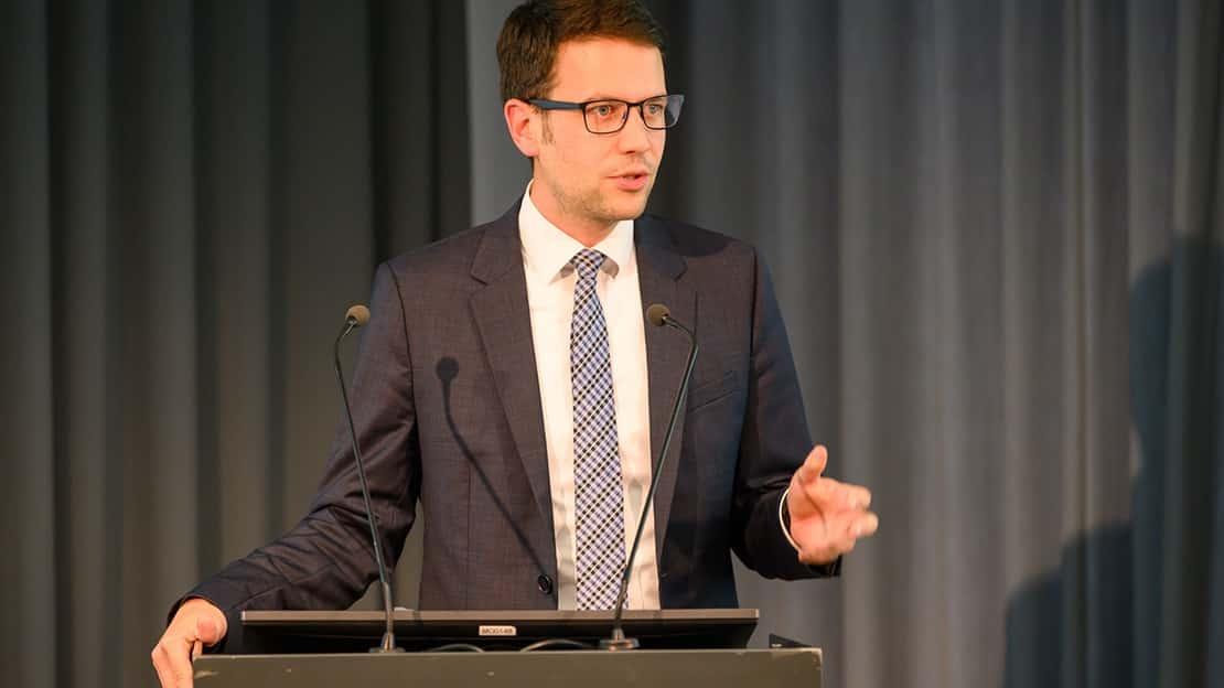 Florian Amberg sitzt als Alumni-Vertreter im Kuratorium der Hochschule und gibt den Absolvent*innen noch etwas mit auf den Weg.