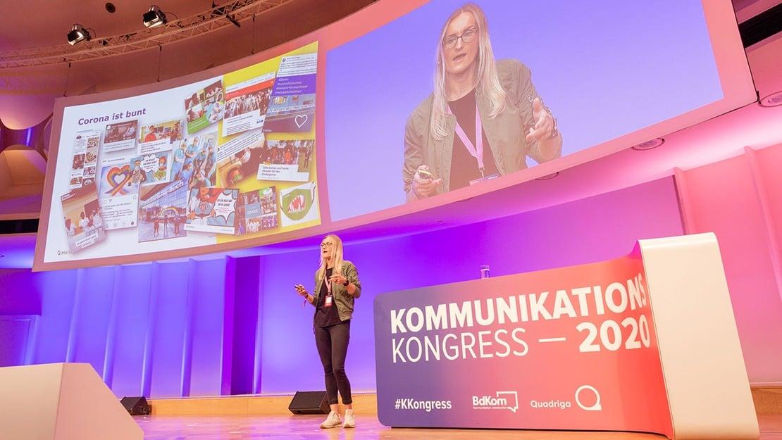 Anja Himmelsbach studiert im MBA Leadership & Digital Marketing und stellte auf der Bühne des KKongress vor, wie sie in der Frühphase der Pandemie neue digitale Kommunikationsformate implementierte.