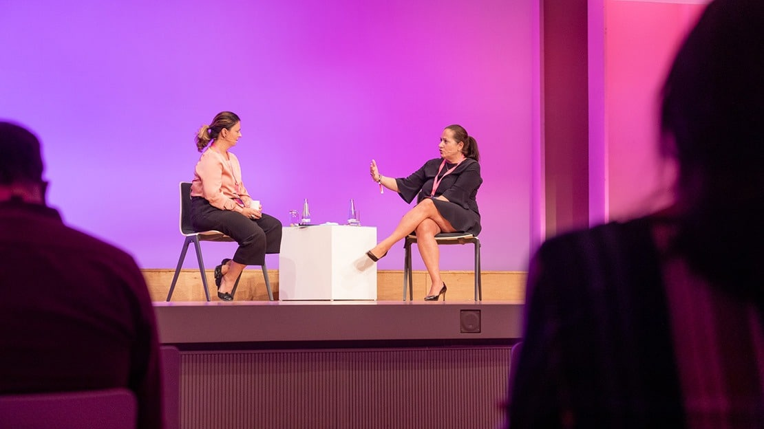 Prof. Dr. Ana Adi (links) beim Gespräch mit Monika Schaller (Deutsche Post DHL Group) auf der Bühne des KKongress.