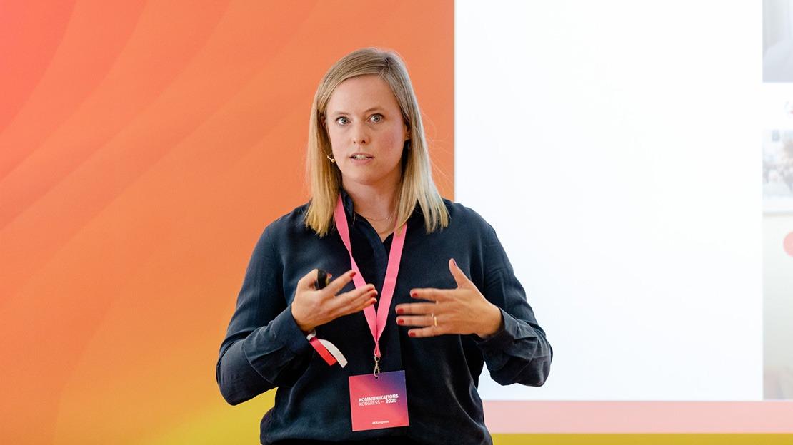 Annika Seiffert ist Absolventin des MBA Communication & Leadership, heute leitet sie die Presse- und Öffentlichkeitsarbeit für die ROTE NASEN Deutschland e.V. Hier ist sie bei ihrem Vortrag auf dem Kommunikationskongress zu sehen.