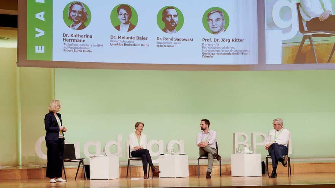 Das Bild zeigt das Autoren-Team der Studie auf dem Personalmanagementkongress 2020.