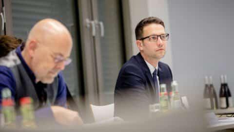 Absolvent:innen der Quadriga Hochschule Berlin engagieren sich auch über die Studienzeit hinaus in vielfältigen Rollen im Quadriga-Netzwerk. Florian Amberg (MunichRe, hier rechts neben Torsten Albig von der DPDHL) vertritt ihre Interessen im Kuratorium und ist zudem als Mentor aktiv. (Foto: Legler / Quadriga)