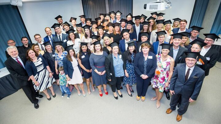 Der Graduation Day ist der Abschluss des Studiums, nicht aber der Zeit an der Quadriga Hochschule Berlin. (Foto: Schmid / Quadriga)