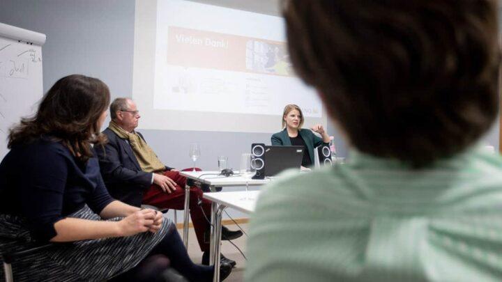 Alumna Simone Wießmeyer (heute Deutsche Bank) besuchte die Quadriga Hochschule Berlin mit ihrem damaligen Kollegen bei der ING, dem Bundesminister a.D. und ehemaligen Spitzenkandidaten der SPD, Peer Steinbrück. (Foto: Legler / Quadriga)