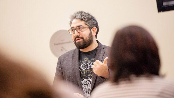 ... oder inhaltliche Impulse wie die Keynote von Manouchehr Shamsrizi, der zum Studienstart 2019 einen philosophischen Blick auf die digitale Transformation wagte und dabei die neuen Studierenden mit Bezügen auf bekannte Videospiele und Filme überraschte. (Foto: Legler / Quadriga)