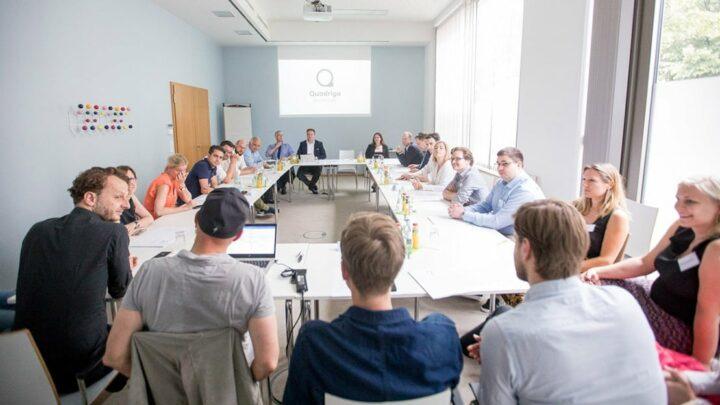 Der Eintritt ins Netzwerk der Quadriga Hochschule bedeutet auch das Kennenlernen der Praxis-Gremien, wie hier beim Besuch des Beirats Politik & Public Affairs. (Foto: Jana Legler / Quadriga)