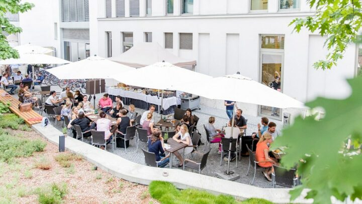 ... das gemeinsame Barbecue auf dem Campus der Quadriga Hochschule Berlin ... (Foto: Jana Legler / Quadriga)