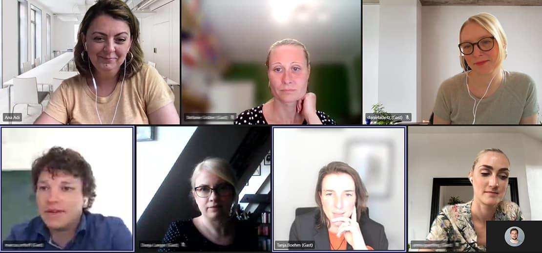 Daniela Dietz (oben rechts) und Tanja Böhm (unten, 2. von rechts) am virtuellen Stehtisch mit Kommiliton:innen und Prof. Dr. Ana Adi (oben links).