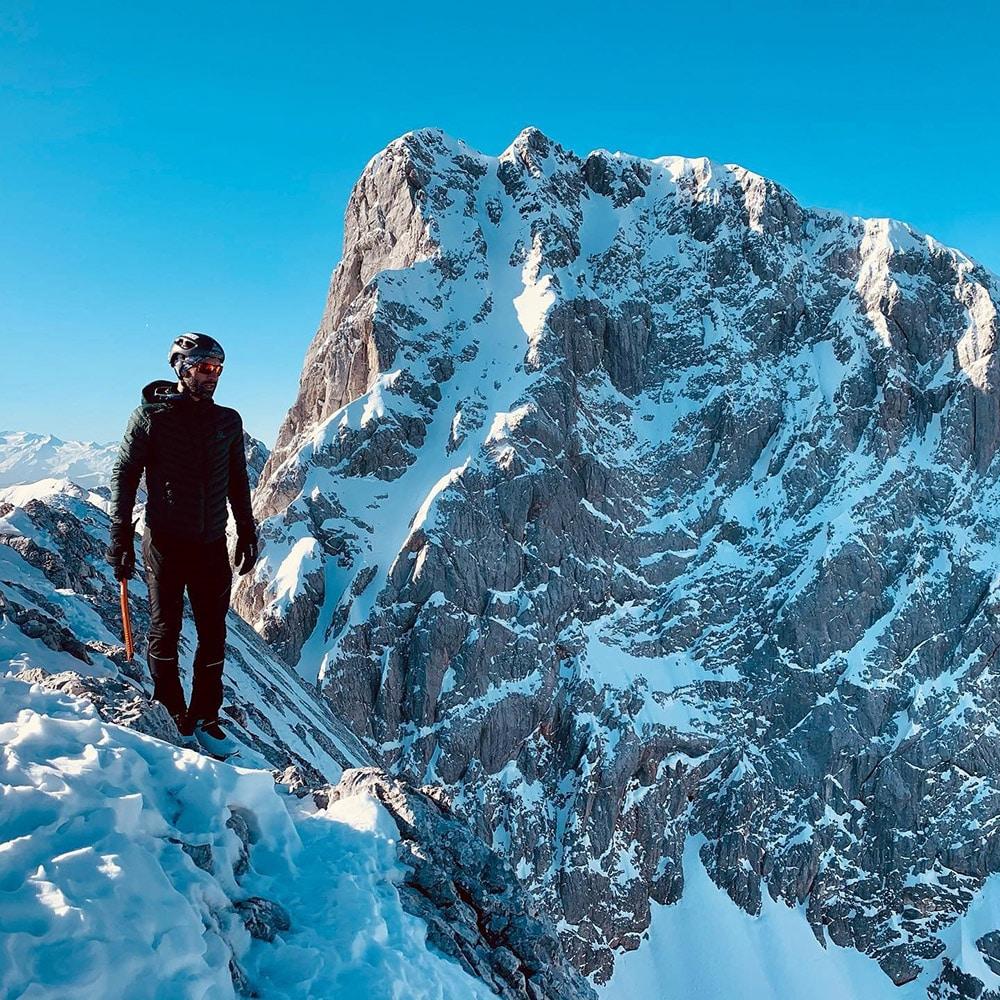 Das Bild zeigt Quadriga-Alumnus Johannes Schmid auf einer seiner Bergsteig-Touren.