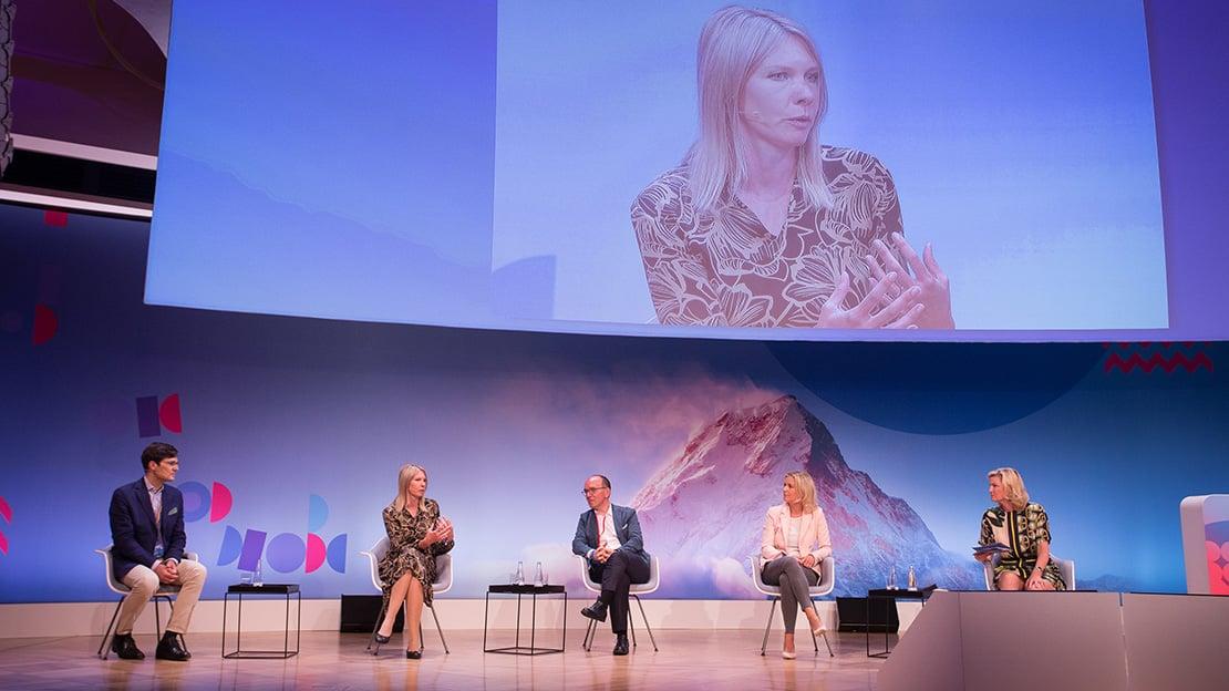 Freidrich von Heyl, Nadine Schian (groß im Bild), Martin Roth, Nina Schwab-Hautzinger und Regine Kreitz in der Diskussion. (Foto: Jensen / Quadriga)